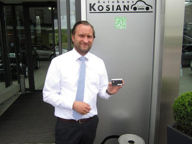 Skoda Iserlohn: Lars Kosian mit Kundenkarte/Bonuskarte